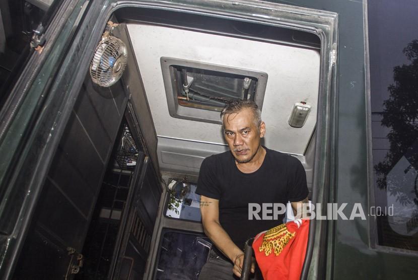 Aktor senior Tio Pakusadewo berada dalam mobil tahanan usai menjalani persidangan