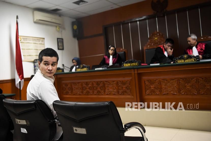 Aktor Steve Emmanuel (kiri) menjalani sidang lanjutan kasus dugaan penyelundupan kokain di Pengadilan Negeri Jakarta Barat, Senin (24/6/2019).