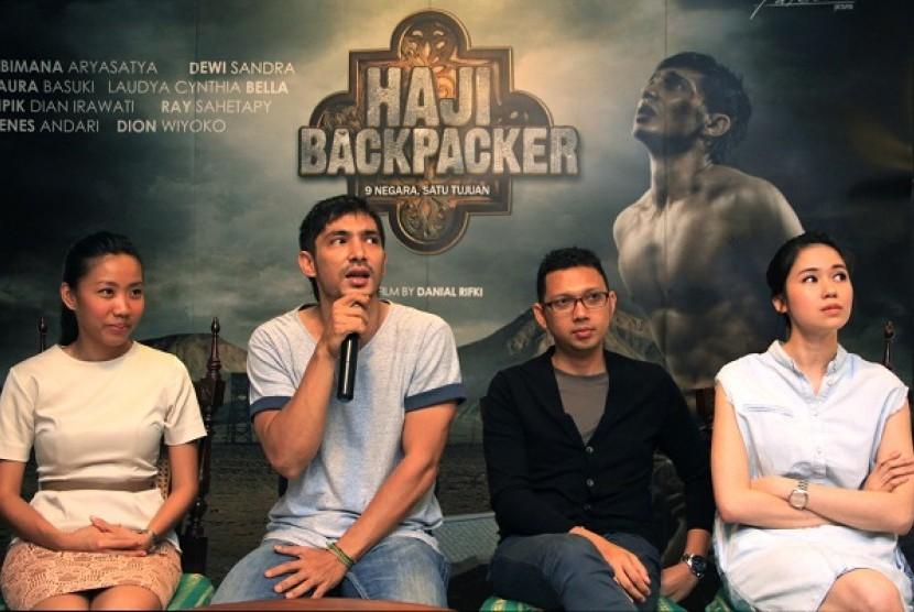 Aktor utama Abimana Aryasatya (kedua kiri) didampingi Produser Falcon Pictures Frederica (kiri), Sutradara Danial Rifki (kedua kanan) dan aktris Laura Basuki menghadiri syukuran dan peluncuran poster film Haji Backpacker di Jakarta, Senin (14/4).