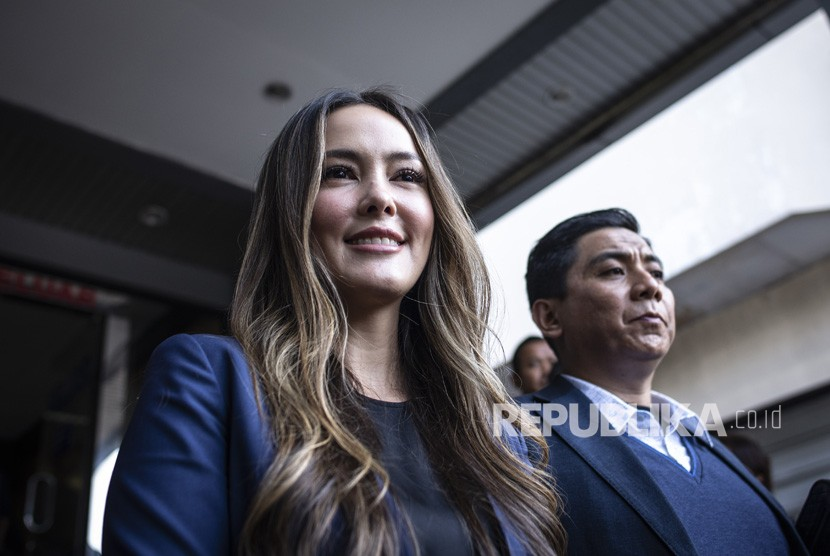 Aktris Cathy Sharon (kiri) memberikan keterangan pers seusai membuat laporan terkait pencemaran nama baik dirinya, di Sentra Pelayanan Kepolisian Terpadu (SPKT) Polda Metro Jaya, Jakarta, Kamis (10/1/2019).