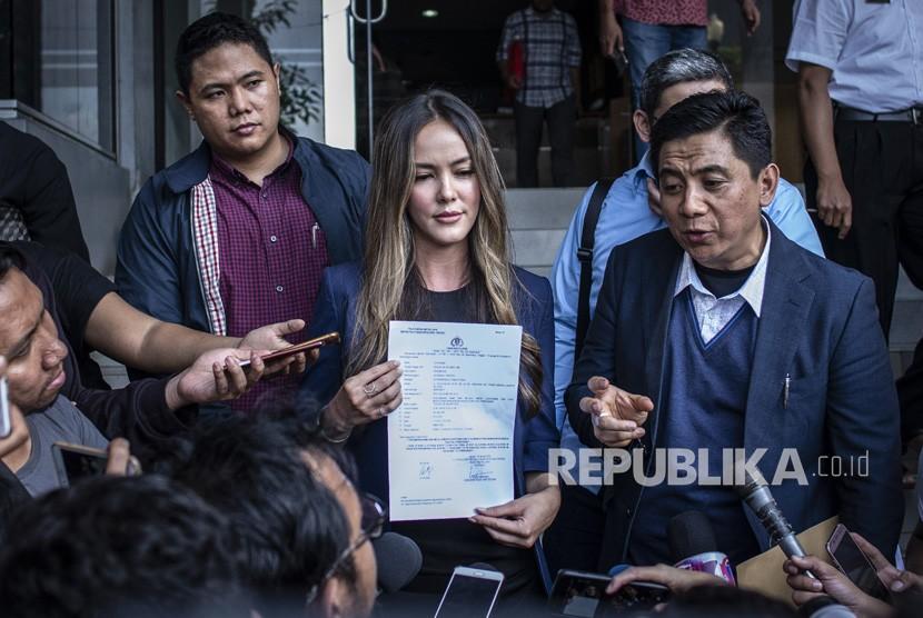 Aktris Cathy Sharon (tengah) memberikan keterangan pers seusai membuat laporan terkait pencemaran nama baik dirinya, di Sentra Pelayanan Kepolisian Terpadu (SPKT) Polda Metro Jaya, Jakarta, Kamis (10/1/2019).