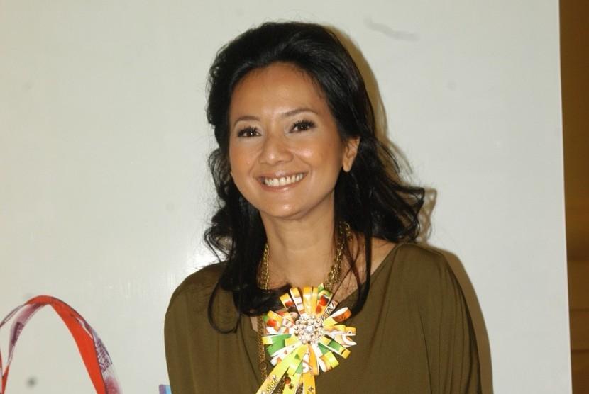 Aktris Cut Mini berperan sebagai Athirah.