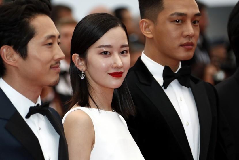 Aktris Korea Jeon Jong-seo (tengah)