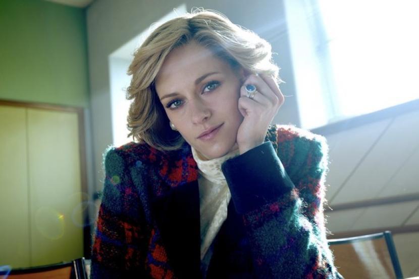 Aktris Kristen Stewart saat memerankan Putri Diana dalam film Spencer.