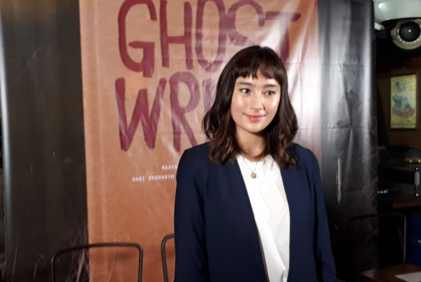 Aktris Tatjana Saphira memerankan tokoh utama bernama Naya dalam film horor komedi Ghost Writer besutan rumah produksi Starvision.