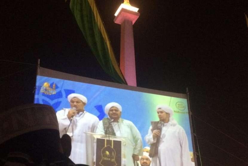 Al Habib Umar bin Hafidz dari Hadramaut saat menyampaikan ceramahnya saat Tabligh Akbar Majelis Rasulullah di Monas, Jakarta, Senin (8/10).