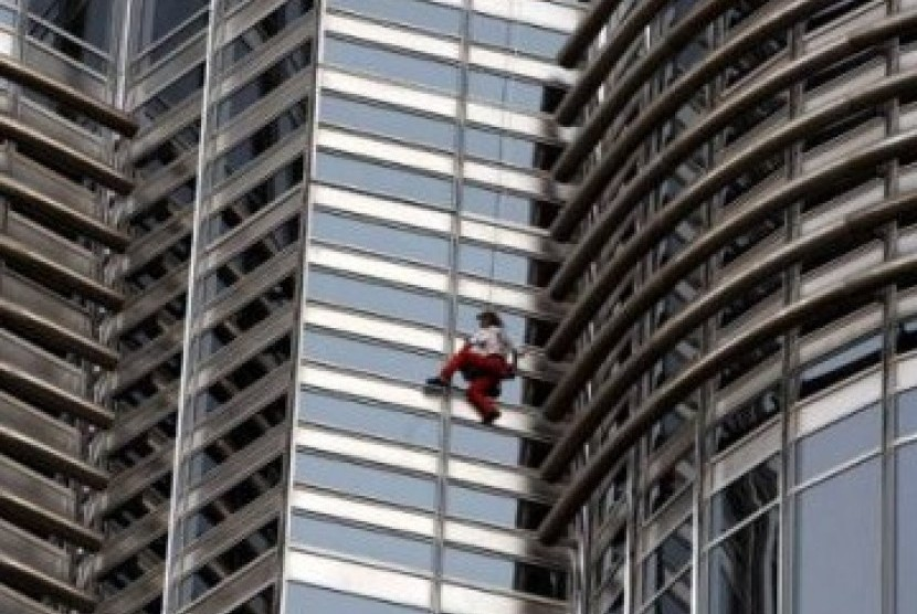 Alain Roberts si spiderman Prancis berhasil memanjat Burj Khalifa