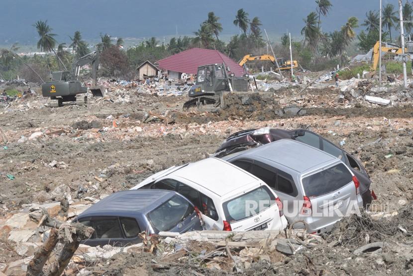 Alat berat membersihkan sisa bangunan dan meratakannya dengan tanah di area bekas gempa dan pencairan tanah (likuifaksi) di Kelurahan Petobo, Palu, Sulawesi Tengah, Rabu (31/10/2018).