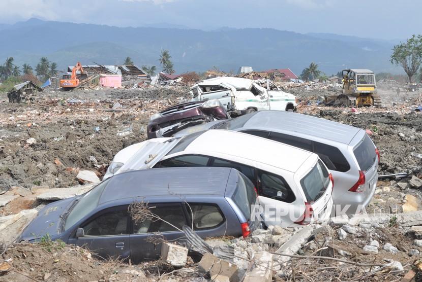 Alat berat membersihkan sisa bangunan dan meratakannya dengan tanah di area bekas gempa dan pencairan tanah (likuefaksi) di Kelurahan Petobo, Palu, Sulawesi Tengah, Rabu (31/10).