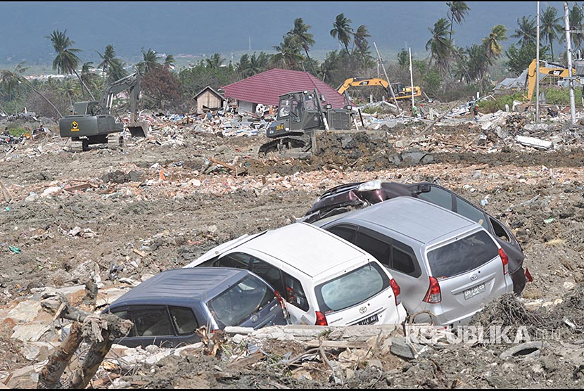 Alat berat membersihkan sisa bangunan dan meratakannya dengan tanah di area bekas gempa dan pencairan tanah (likuifaksi) di Kelurahan Petobo, Palu, Sulawesi Tengah, Rabu (31/10). Lokasi yang hancur akibat gempa dan likuifaksi itu kini mulai dibersihkan dan diratakan untuk mengurangi trauma warga.
