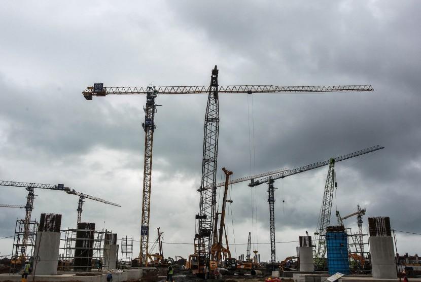 Alat berat menyelesaikan pembangunan konstruksi Bandara New Yogyakarta International Airport (NYIA) di Kulon Progo, DI Yogyakarta, Jumat (14/12/2018).