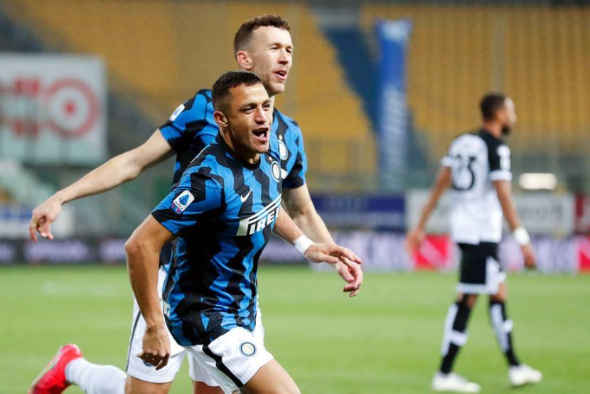 Alexis Sanchez (depan) merayakan golnya ke gawang Parma.