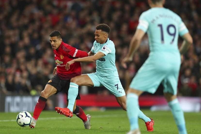 Alexis Sanchez (kiri), pencetak gol kemenangan Manchester United atas Newcastle United.