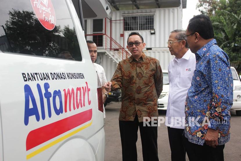 Alfamart memberi bantuan dua unit ambulans yang diterima Pelaksana Harian Ketua Umum PMI, Ginandjar Kartasasmita di kantor pusat PMI, Rabu (23/5).
