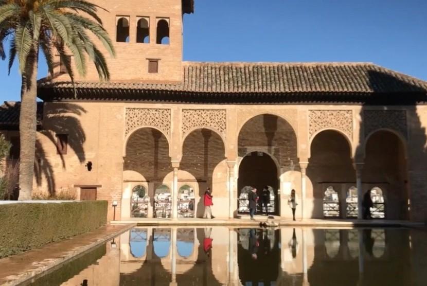 Alhambra merupakan sebuah kompleks istana dan benteng peninggalan bersejarah sekaligus bukti jejak peradaban Islam di Eropa.
