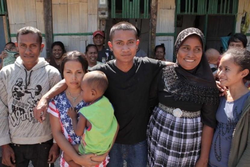 Ali Yasmin (berkaos hitam) dibebaskan dari penjara Australia Barat pada tahun 2012.