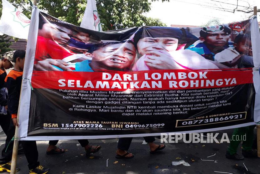 Aliansi Kemanusiaan Peduli Rohingya yang datang dari sejumlah elemen kelompok masyarakat di NTB turun ke jalan memprotes kebiadaban militer Myanmar terhadap warga Rohingya. Massa aksi mulai berjalan dari Gelanggang Pemuda NTB menuju Islamic Center NTB dan berakhir di Kantor Gubernur NTB, Senin (4/9).