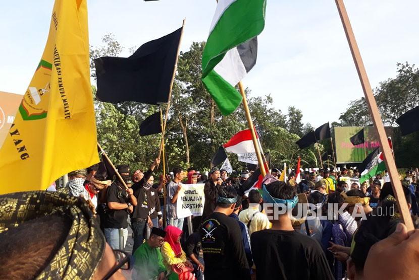 Aliansi Masyarakat Melayu dan Muslim Kalimantan Barat membakar bendera Amerika Serikat dan bendera Israel dalam aksi Bela Palestina di Taman Digulis Pontianak pada Jumat (15/12) sore.