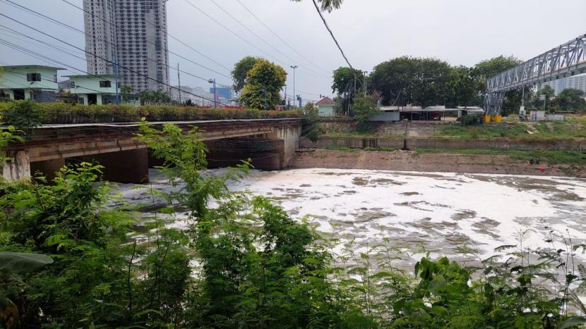Aliran Kali Bekasi di Jalan Mayor M. Hasibuan, Bekasi Timur, Kota Bekasi dipenuhi busa dan berbau menyengat. Senin (27/9).