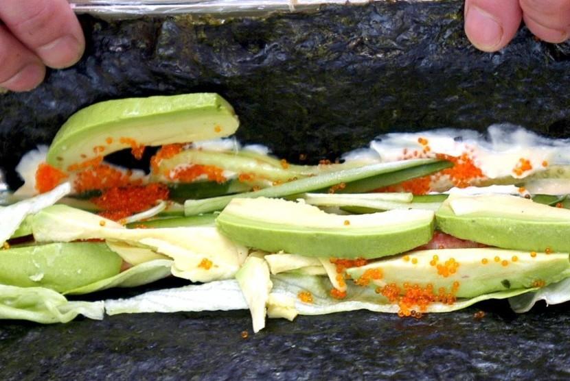 Alpukat kaya lemak baik, coba padukan dengan sedikit nasi dan gulung ala sushi untuk menu sahur.