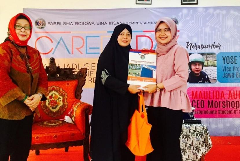 Alumni SMA Bina Insani, Maulida Aulia Rezki berbagi pengalaman kepada adik-adik kelasnya mengenai usaha bisnis dan visi masa depan.