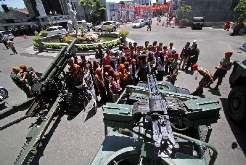 Alutsista TNI dipamerkan ke masyarakat.