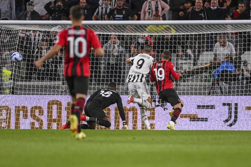 Alvaro Morata dari Juventus mencetak gol pembuka timnya selama pertandingan sepak bola Serie A antara Juventus dan AC Milan, di stadion Turin Allianz, Italia, Minggu, 19 September 2021.