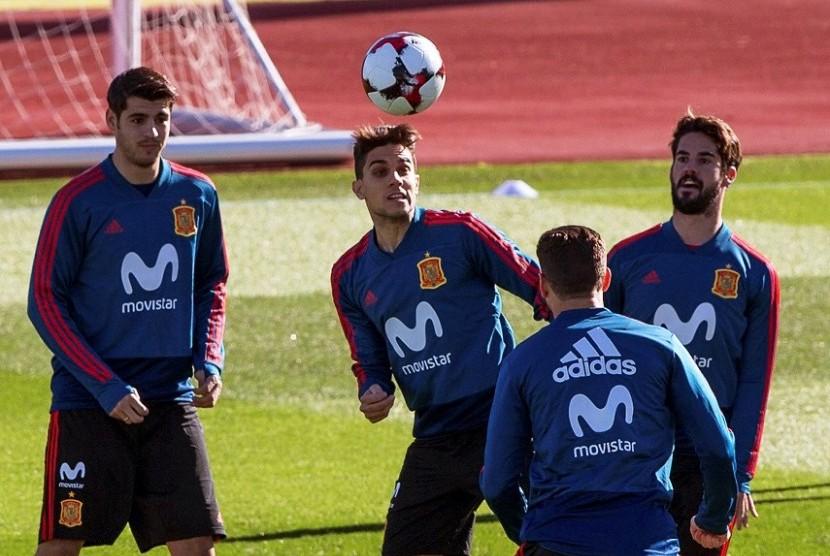 Alvaro Morata (kiri) dan Isco (kanan) dalam satu sesi latihan timnas Spanyol, Kamis (9/11)..