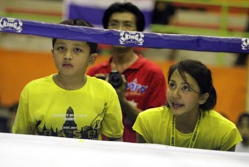 Amara saat melihat salah satu atlet Muay Thai binaanya bertanding