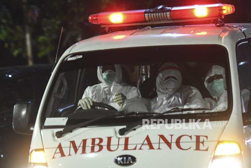 Ambulans bersiap memasuki Rumah Sakit Darurat COVID-19 Wisma Atlet Kemayoran, Jakarta, Senin (14/6/2021).