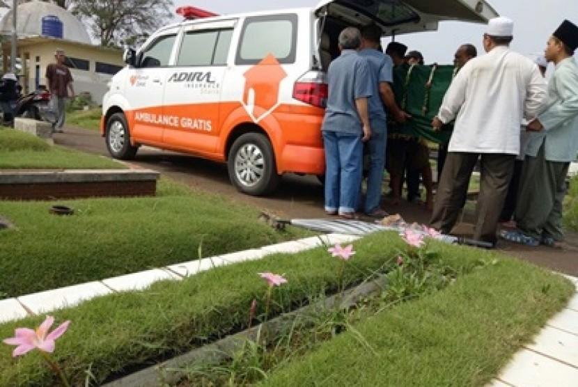 Ambulans gratis Rumah Zakat ketika mengantarkan jenazah.