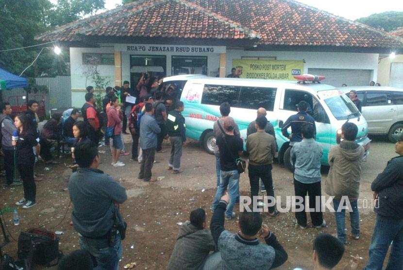 Ambulans terakhir yang membawa korban meninggal dunia dari kamar jenazah RSUD Ciereng Subang ke Tangerang Selatan, Ahad (11/2).
