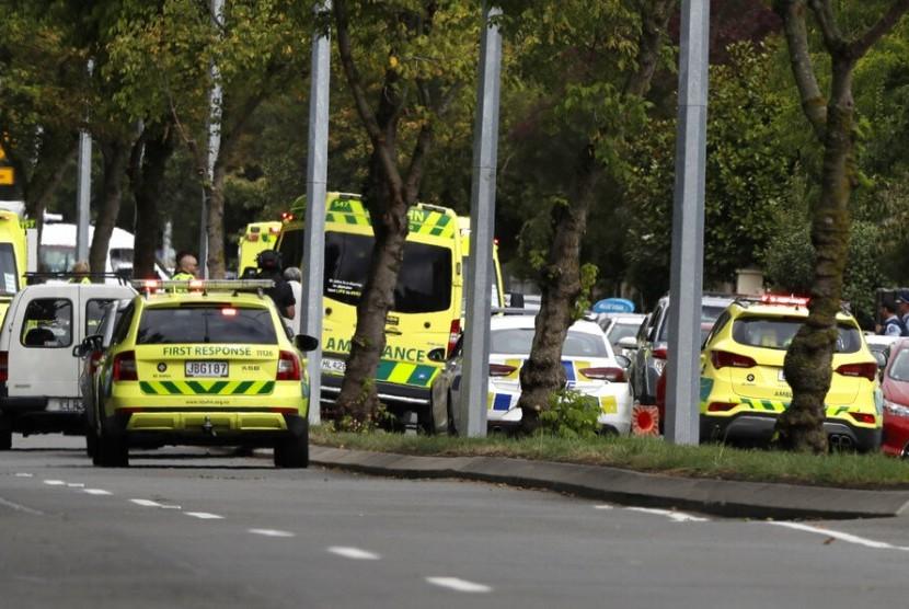 Ambulans terlihat di luar masjid di Christchurch, Selandia Baru, Jumat (15/3). Penembakan terjadi di Masjid Al Noor saat jamaah menunaikan shalat Jumat.