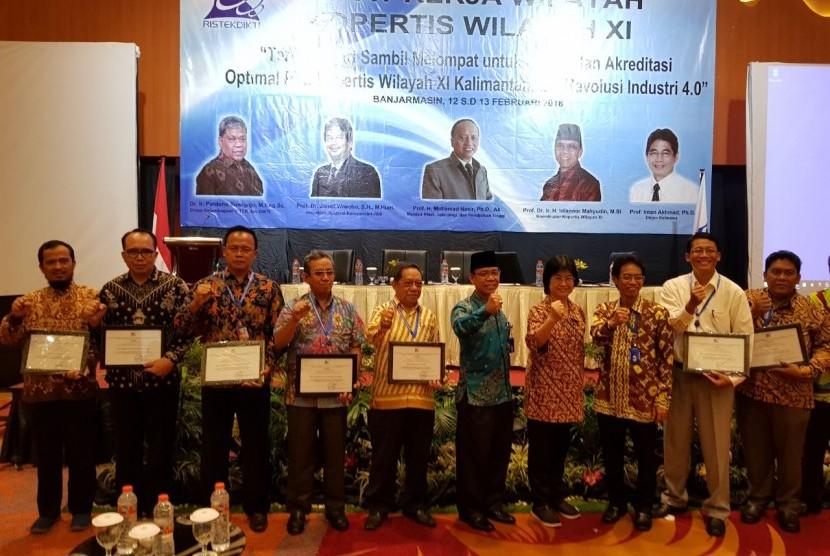 AMIK BSI Pontianak bersama perguruan tinggi lain di Kalimantan saat menerima penghargaan dari Kemenristekdikti.