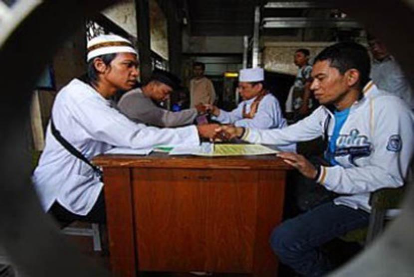 Amil zakat di Masjid Istiqlal menerima zakat fitrah dari warga (Ilustrasi)