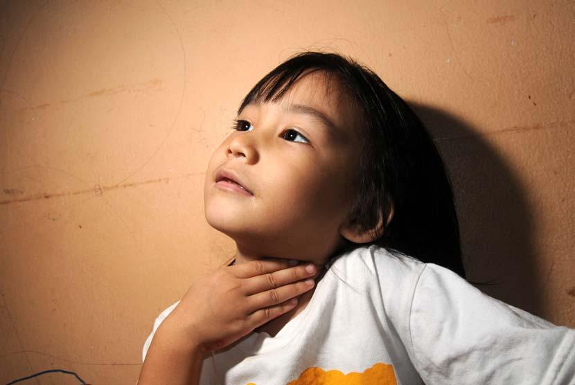 Anak mengalami radang tenggorokan (ilustrasi).