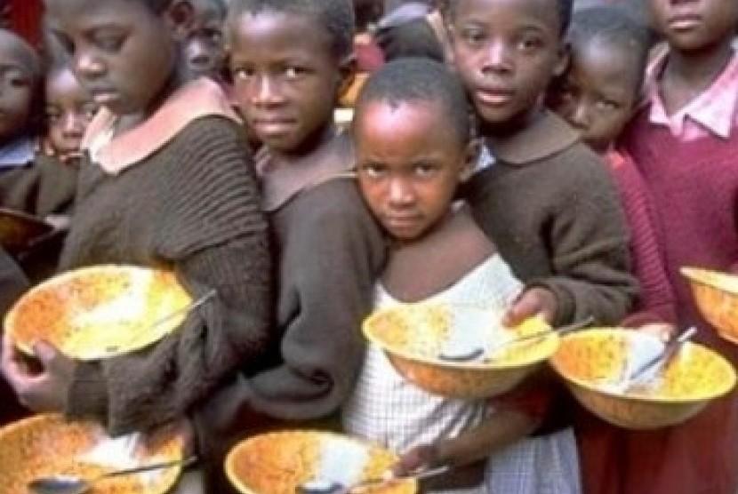 Anak-anak antri makanan di Somalia
