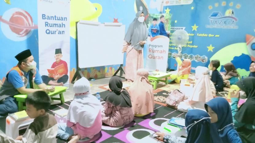 Anak-anak antusias mengikuti kegiatan Maghrib Mengaji yang diselenggarakan Rumah Quran binaan Rumah Zakat.