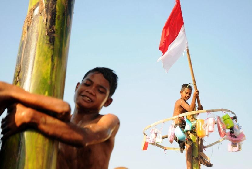 Anak-anak antusias mengikuti lomba-lomba dalam rangka peringatan Proklamasi Kemerdekaan RI ke-67 di Ciwaringin, Kabupaten Cirebon, Jawa Barat, Sabtu (25/8). (Aditya Pradana Putra/Republika)