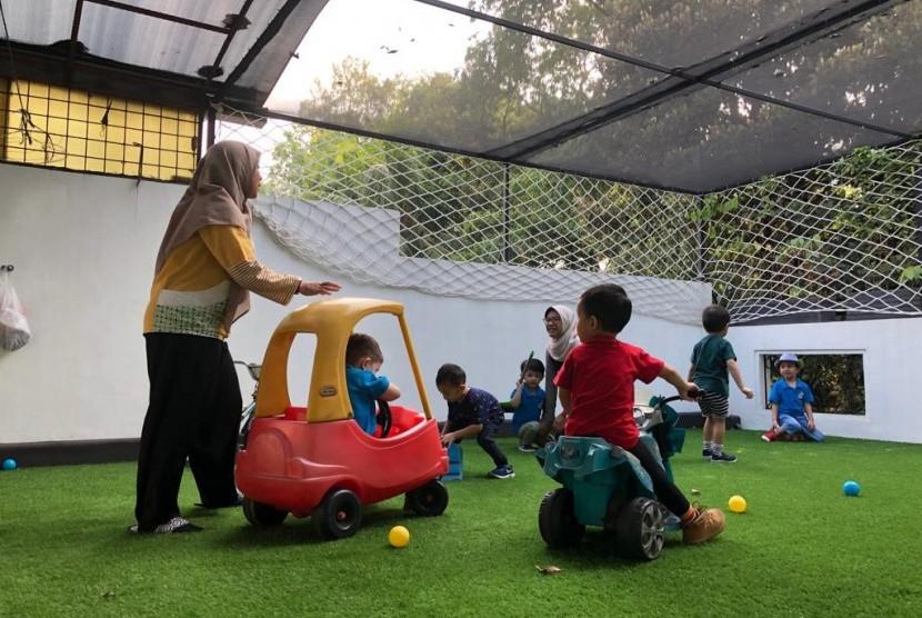 Anak-anak bermain di tempat penitipan anak Roots Learning Center di Jalan Brawijaya, Jaksel.