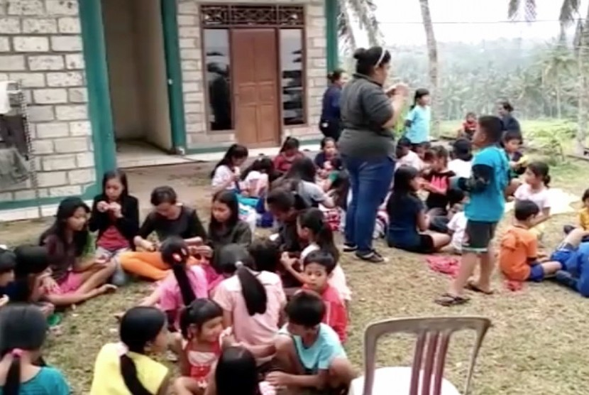 Anak-anak di pengungsian erupsi Gunung Agung, Bali