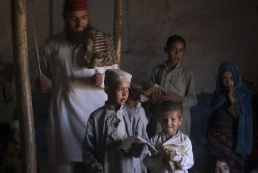 Anak-anak di permukiman kumuh di Islamabad, Pakistan.