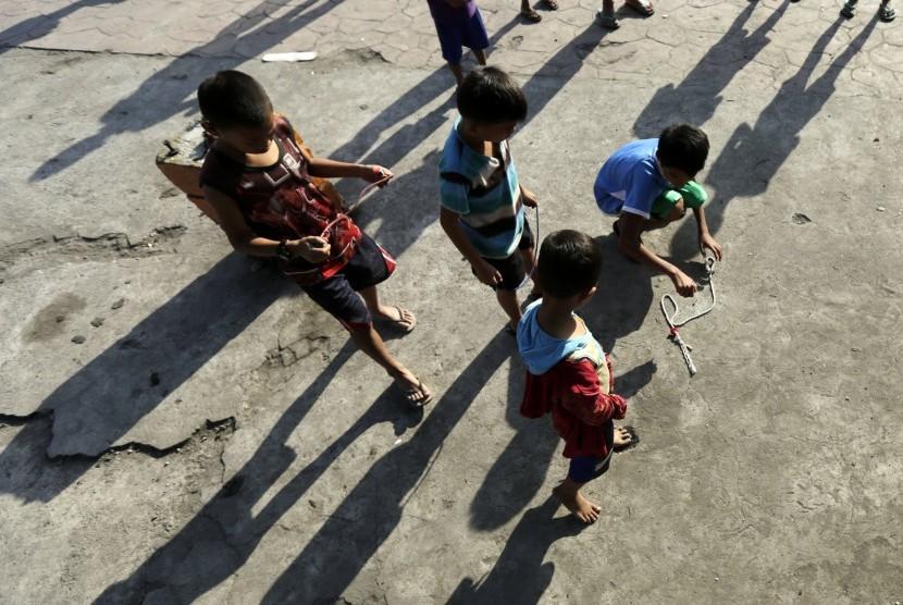 Anak-anak Filipina bermain di kawasan kumuh di area yang terdampak KLB campak di Manila, 16 Februari 2019.