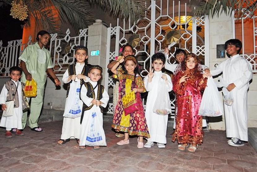 Anak-anak Kuwait dalam balutan kostum tradisonal Kuwait.