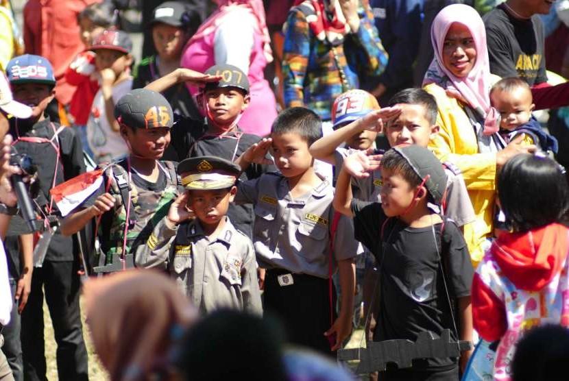 Anak-anak memperingati hari Kemerdekaan ke-73 Republik Indonesia dengan mengikuti karnaval. Bonus demografi Indonesia harus dimanfaatkan sebaik-baiknya dengan menciptakan sumber daya manusia berkualitas.