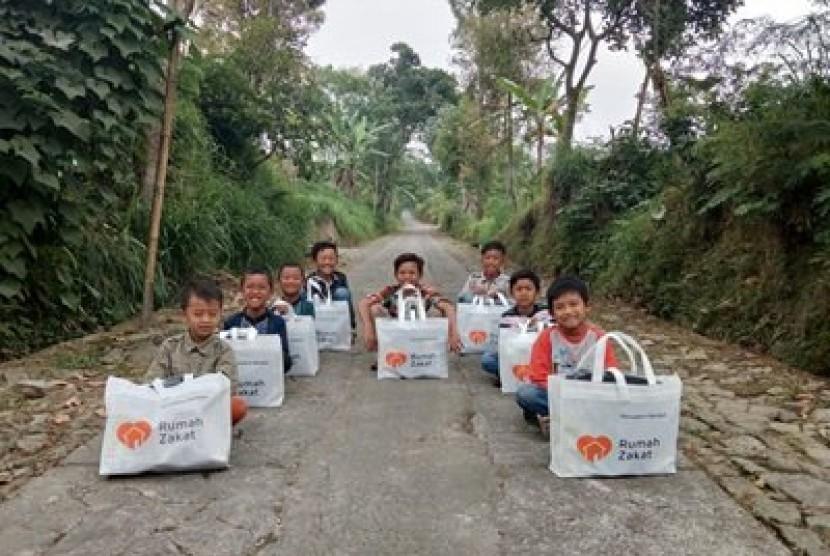 Anak-anak menerima paket lebaran dari Rumah Zakat.