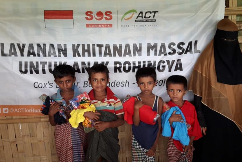 Anak-anak pengungsi Rohingya usai mengikuti khitanan massal yang diselenggarakan ACT.