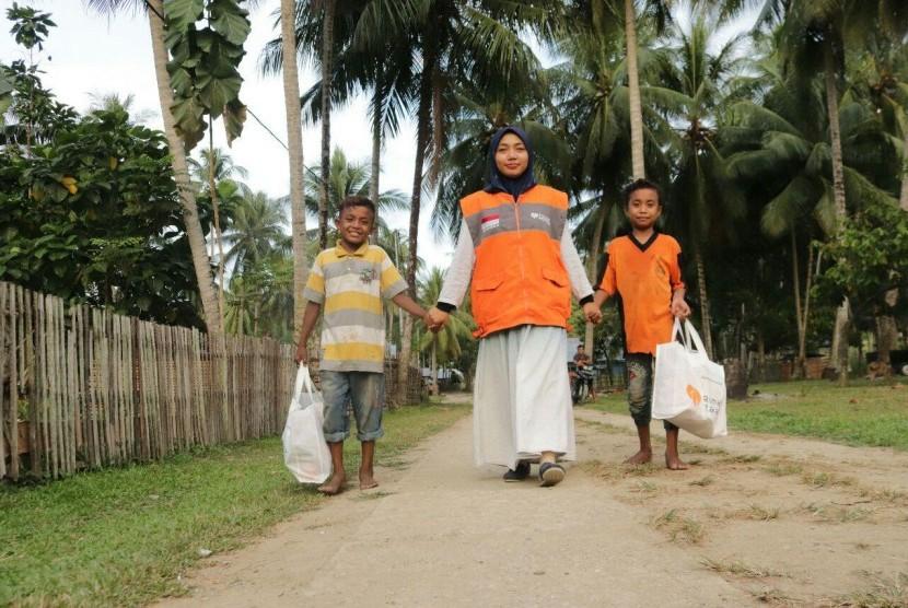 Anak-anak penyintas gempa Palu mendapatkan kado lebaran dari Rumah Zakat, Rabu (21/5).