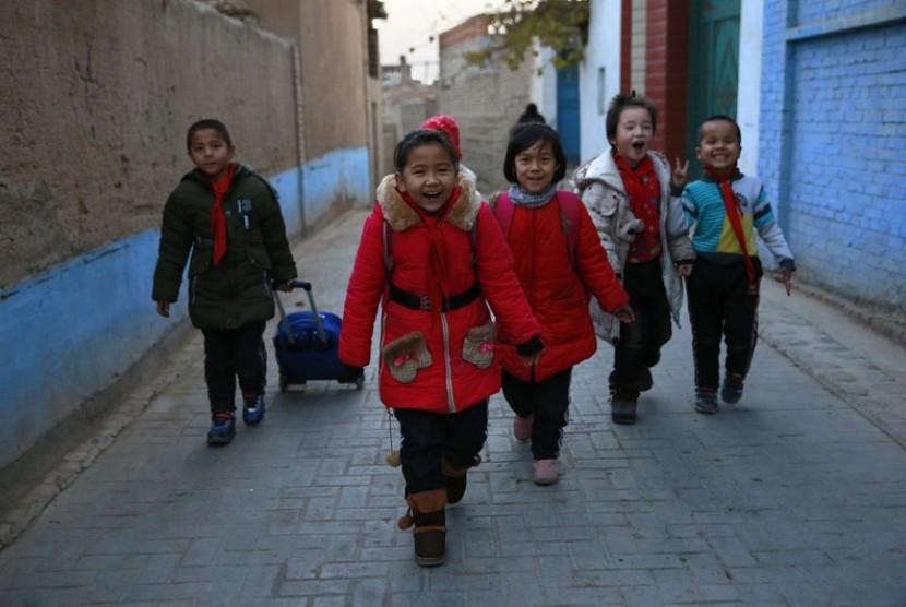 Anak-anak pulang sekolah di Turpan, Xinjiang, China. Sebanyak 40 persen dari populasi Xinjiang, yang jumlahnya 21,8 juta jiwa, adalah kelompok Muslim Uighur.