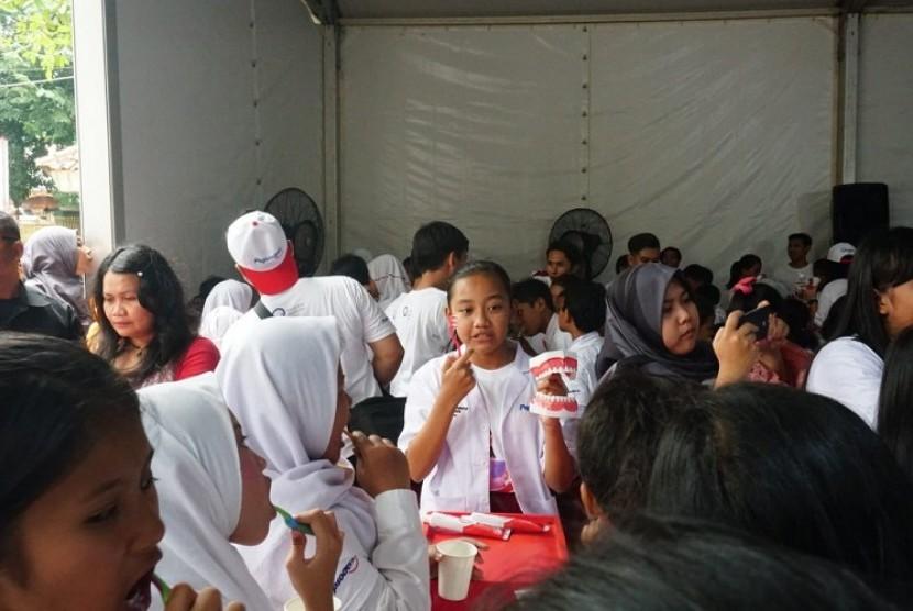 Anak-anak SDN Gunung 01, Jakarta Selatan sedang menyikat gigi bersama-sama.